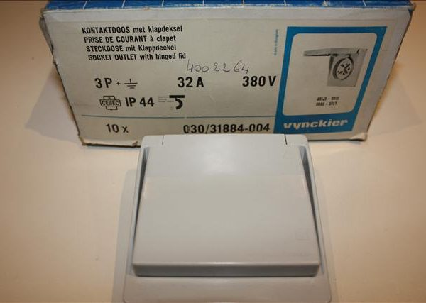 Vynckier contactdoos met aarding 3P 32A 380V met klapdeksel IP44-0