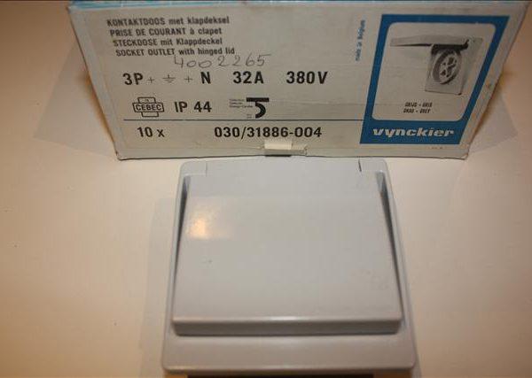 Vynckier contactdoos met aarding 3P+N 32A 380V met klapdeksel IP44-0