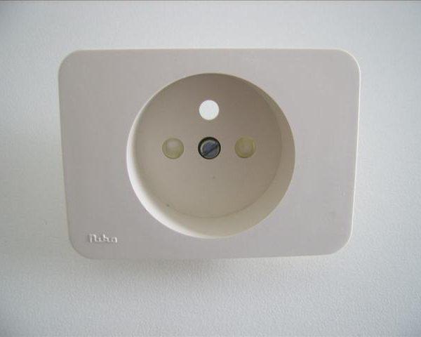 Niko PR20 creme plaatje voor stopcontact met aarding en veiligheid, 28,5mm inbouwdiepte-0